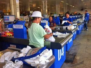 Clientes pagam pelas compras nos caixas do supermercado (Foto: Isabella Formiga/G1 DF)