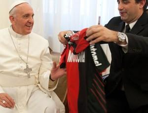 Papa francisco recebe camisa do Newell's old boys (Foto: Reprodução / Site Oficial do Newell's Old Boys)