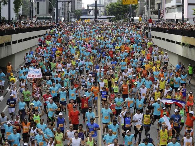 Competidores da Corrida de São Silvestre adentram o túnel ao final da Avenida Paulista na largada dos 15 km de distância do tradicional evento esportivo de fim de ano em São Paulo (Foto: Nelson Antoine/AP)