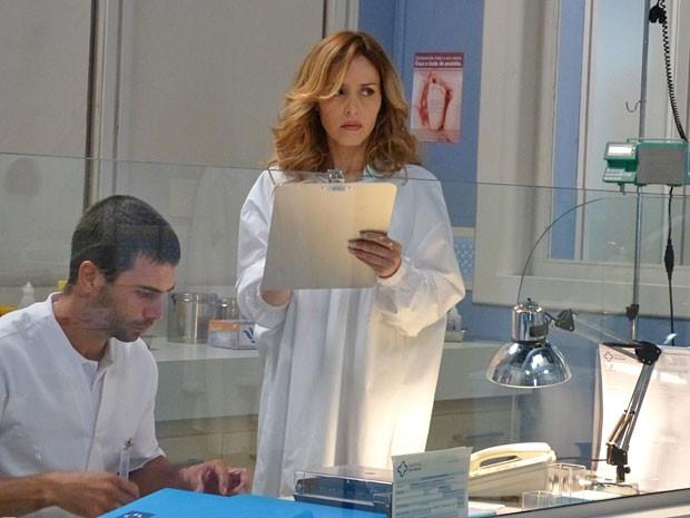 Glauce falsifica o prontuário, por amor a Bruno (Foto: Amor à Vida/TV Globo)