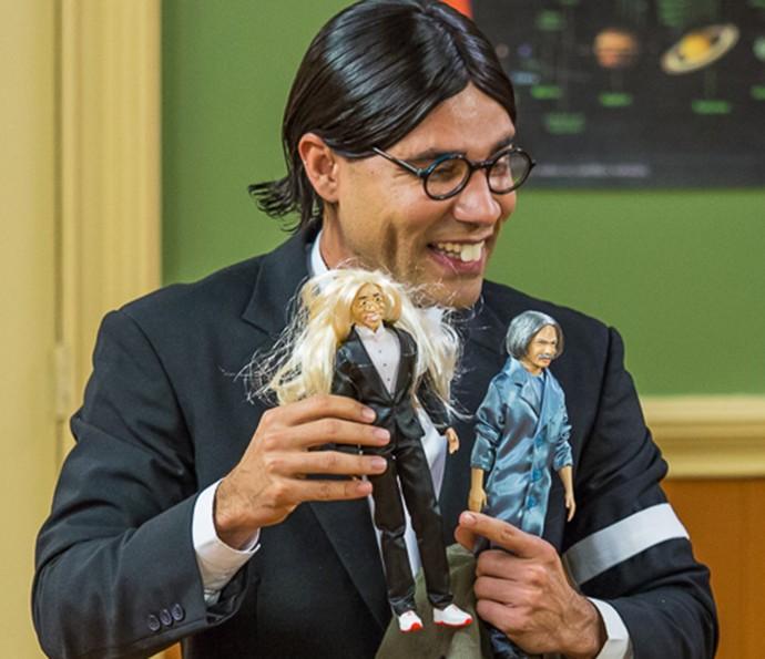 Batista diverte com boneco do Professor Raimundo (Foto: Artur Meninea/Gshow)