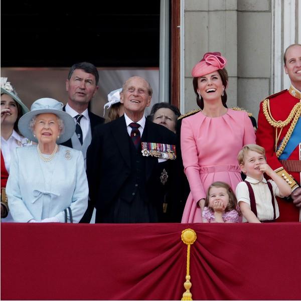 A rainha Elizabeth e o princípe Philipp cercados por filhos e netos (Foto: Reprodução Instagram)