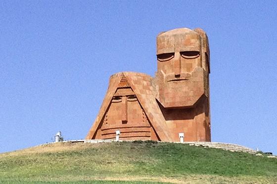 O monumento Tatik Papik representa os ancestrais das terras Nagorno-Karabakh e é um importante símbolo da cultura armênia local  (Foto: © Tomukas/Guilherme Canever)