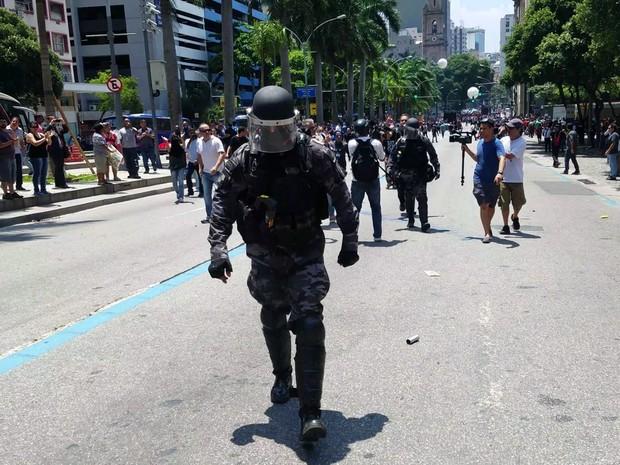 PM deixou cerco a Alerj e foi ovacionado por manifestantes (Foto: Julio Trindade/Arquivo Pessoal)