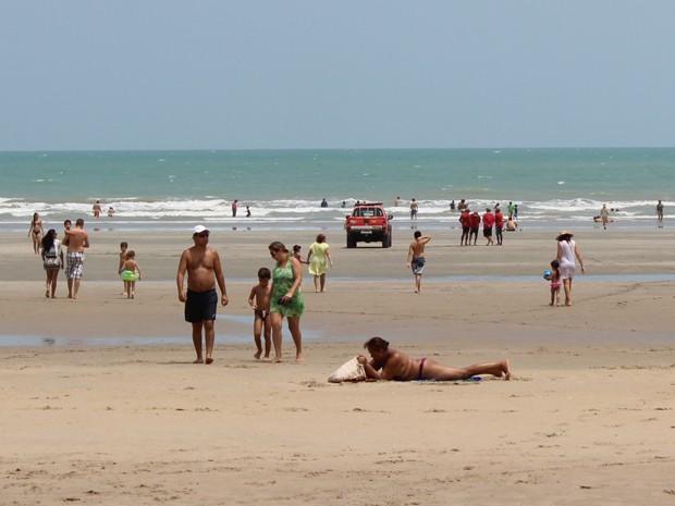 Turistas na Praia de Atalaia, em Luis Correia (Foto: Ellyo Teixeira/G1)