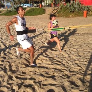 Zagueiro João Carlos, do Spartak Moscou, treina na praia (Foto: Arquivo Pessoal)