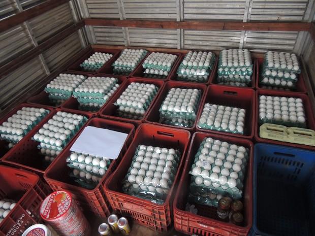 Bandeja de ovos sem data de vencimentos foram apreendidos (Foto: Jamile Santana/G1)