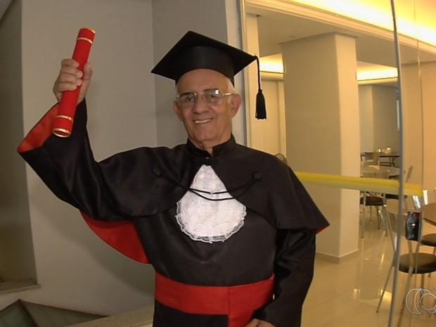 Brasil Sales, aos 78 anos, se forma bacharel em direito em Goiânia Goiás (Foto: Reprodução/TV Anhanguera)