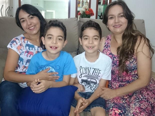 Mãe (esq.) e tia (dir.) ao lados dos gêmeos que viraram meme (Foto: Caio Gomes Silveira/ G1)