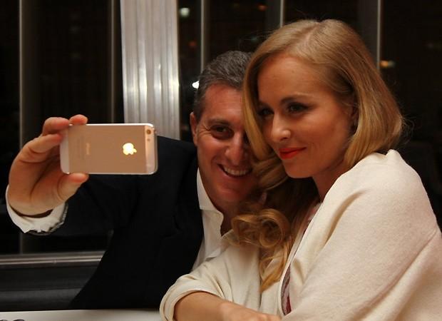 Luciano e Angélica posam para fotos com o iPhone (Foto: Claudio Andrade/Revista QUEM)