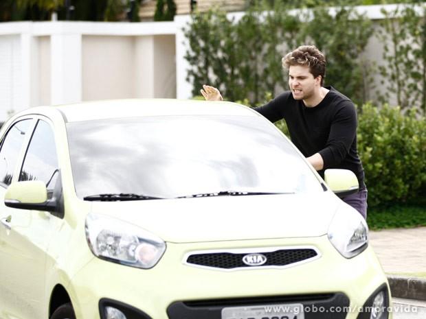 Niko vai atrás da loira, rumo à sala de Eron no San Magno (Foto: Inácio Moraes/TV Globo)
