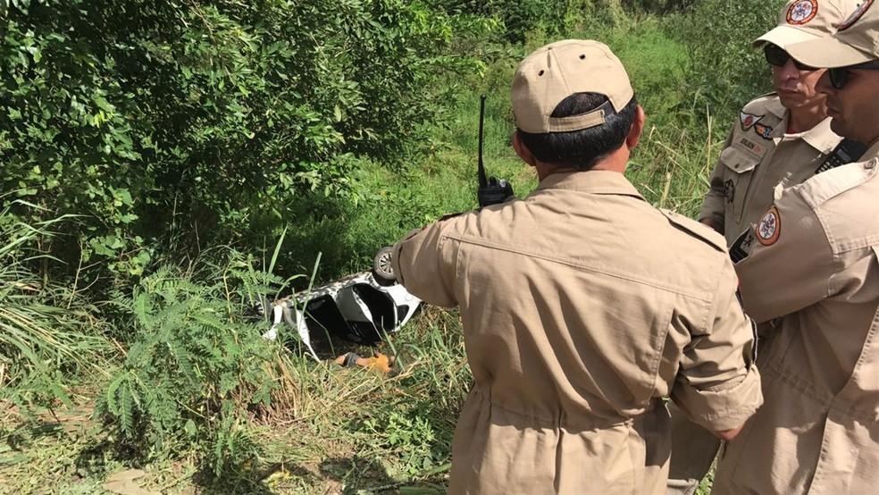 Motorista foi encontrado dentro do carro em barranco a margem de estrada (Foto: Walter Paparazzo/G1)