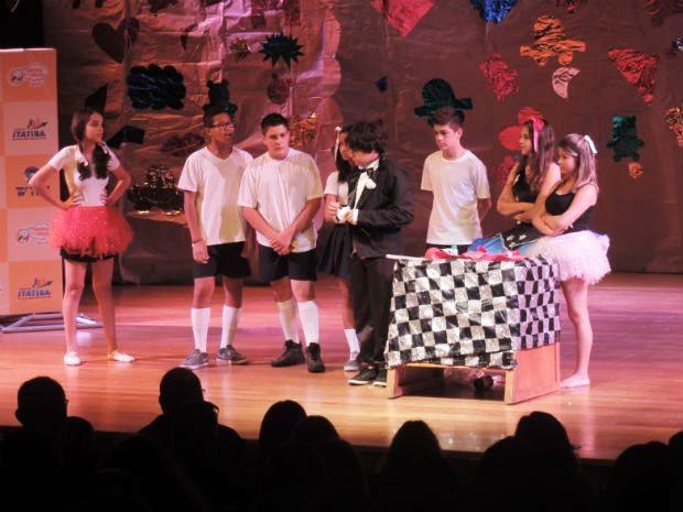Peça 'Menino Maluquinho' foi encenada por atores e estudantes de Itatiba (Foto: Ana Paula Yabiku/G1)