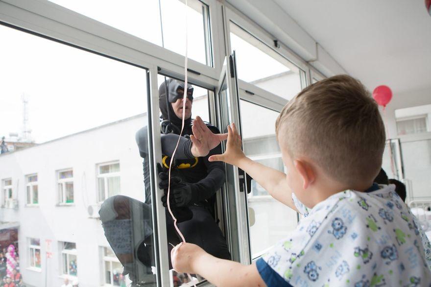 Policiais da Albânia surpreendem crianças de hospital vestidos como super-herois