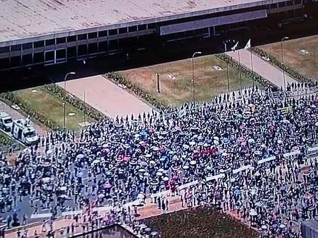 Professores da rede pública fecham o Eixo Monumental em frente ao Palácio do Buriti, em Brasília (Foto: TV Globo/Reprodução)