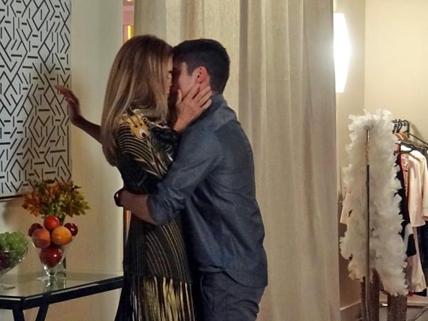 Kitty e Gustavo trocam beijos ardentes no backstage do concurso  (Foto: Gabriela Duarte / Gshow)