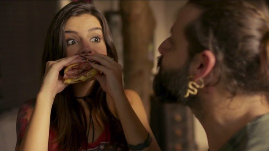 Milena surpreende Ralf com um delicioso sanduíche de mortadela