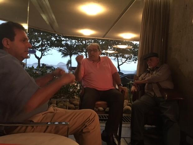 Prefeito Carlos Eduardo acerta com o jornalista Ruy Castro e com o cartunista Jaguar participação deles no FLIN 2017 (Foto: Secom/PMN)