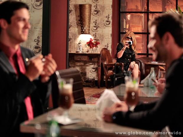 Disfarçada, Aline tira várias fotos de Félix e Anjinho juntos em um restaurante (Foto: Ellen Soares / TV Globo)