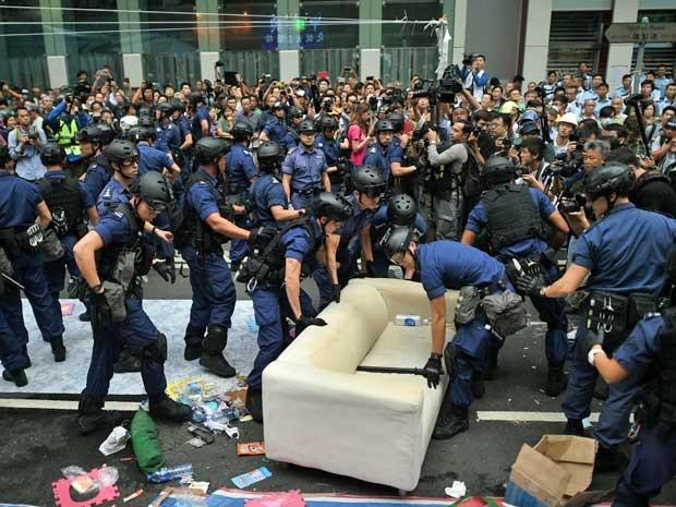 Polícia desmantela acampamento em Hong Kong e prende mais de 100 pessoas. (Foto: Philippe Lopez / AFP Photo)