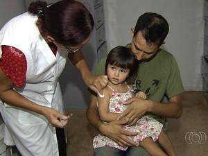 Criança é vacinada (Foto: Reprodução/TV Anhanguera)
