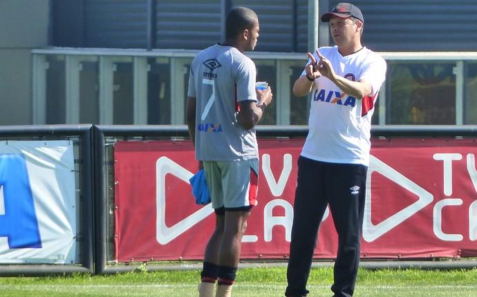 Técnico Claudinei Oliveira, do Atlético-PR, conversa com o atacante Marcelo (Foto: Monique Silva)