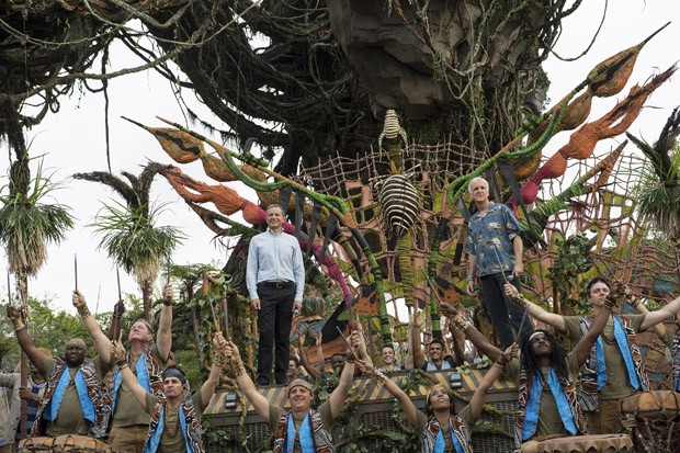 LAKE BUENA VISTA, FL - MAY 24: In this handout photo provided by Disney Resorts,  Chairman and CEO of The Walt Disney Company Bob Iger and producer/director James Cameron attend the dedication ceremony for the new Pandora: World of Avatar attraction on Ma (Foto: Getty Images)