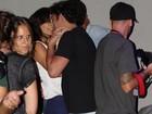 Helena Ranaldi curte clima de romance com o namorado em show