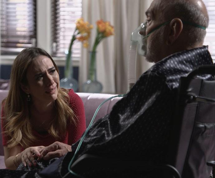 Dom Peppino dá um leve sorriso para a 'neta' (Foto: TV Globo)