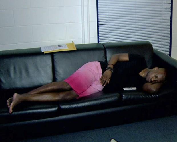 Paulo Ricardo encontra Thiaguinho dormindo no sofá do camarim  (Foto: Gshow)