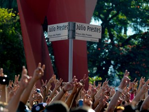 VIRADA CULTURAL - Domingo (15h20) - Público vibra quando o rapper Emicida se apresenta no Palco Júlio Prestes da Virada Cultural (Foto: Flávio Moraes/G1)