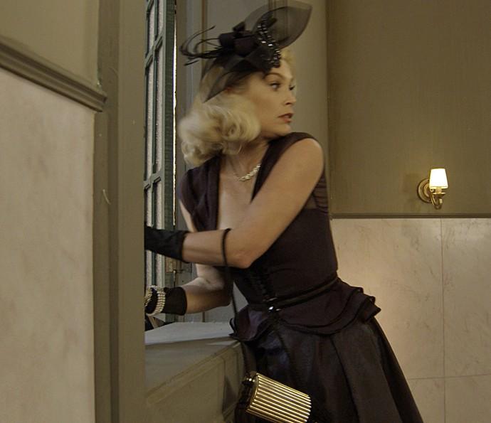 Sandra foge pela janela do banheiro (Foto: TV Globo)