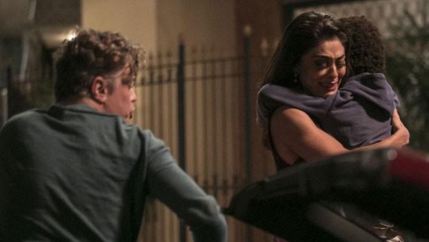 Totalmente Demais: Arthur ajuda Carol com Gabriel (Raphael Dias/Gshow)