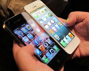 Na comparação entre os iPhones, a mudança no peso, comprimento e espessura é perceptível (Foto: Laura Brentano/G1)
