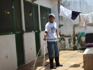 Funcionário da Apipa limpa local onde animais são cuidados (Foto: Patrícia Andrade/G1)