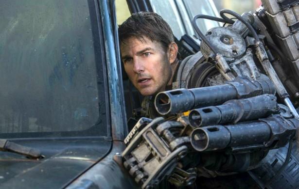 Tom Cruise sua a camisa: o galã cinquentão não faz a menor questão de ter um dublê por perto. Isso que é missão (quase) impossível! (Foto: Reprodução)