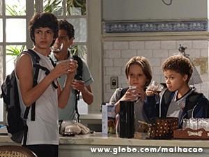 Desavisados, os meninos se servem de café (Foto: Malhação / TV Globo)