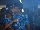 Após ver Ronaldo com namorada, Paula Morais beija muito na Sapucaí