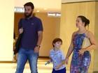 Rodrigo Lombardi passeia no shopping com a mulher e o filho