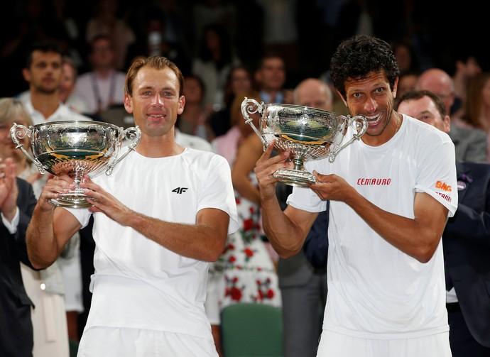 Marcelo Melo Kubot final campeão troféu taça Wimbledon (Foto: Matthew Childs / Reuters)