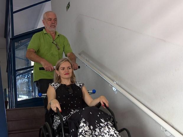Vereadora Fernanda Garcia (PTB) tem usado carrinho escalador para acessar prédio da Câmara