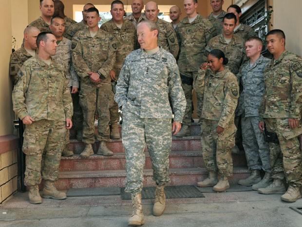 General Martin Dempsey em visita ao Afeganistão nesta segunda (20) (Foto: Massoud Hossaini/AFP)