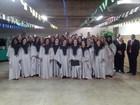 Coral Celebe, de Petrópolis, RJ, se apresenta dentro e fora da igreja