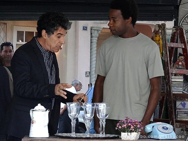 Caetano decide comprar as taças que foram de Maura (Foto: Malhação / TV Globo)