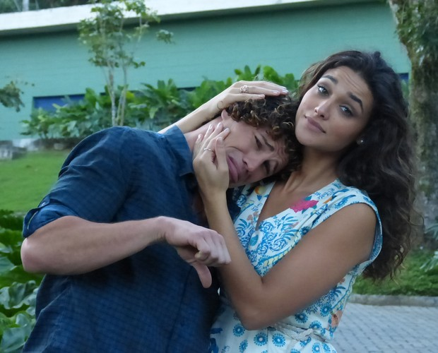 José Loreto ganha colo da namorada e atriz Débora Nascimento (Foto: The Voice Brasil/TV Globo)