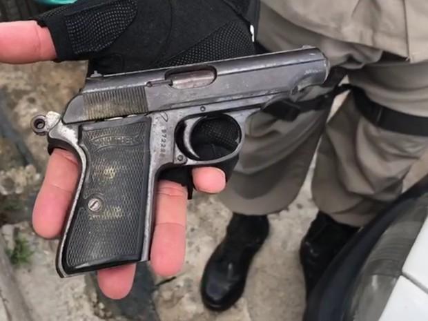 Arma manuseada pelas crianças (Foto: Walter Paparazzo/G1)