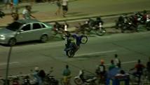 Motociclistas desprezam as leis e fazem bagunça (TV Globo/Reprodução)