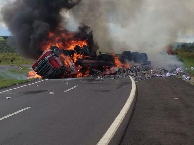 Motorista morreu carbonizado após o caminhão tombar (Foto: Divulgação/ Fernando Lima)