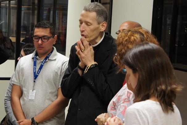 Padre Marcelo Rossi reza com equipe da TV (Foto: Alysson Bernardo/TV Cabo Branco)