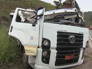 Carreta destruída após acidente com ônibus na BR-040 (Foto: reprodução/TV Integração)